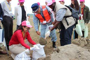 土のうを作る参加者